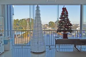 昼間のクリスマスツリー&ペットボトルツリー