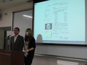 活動内容表を読み上げる学生会会長と校長